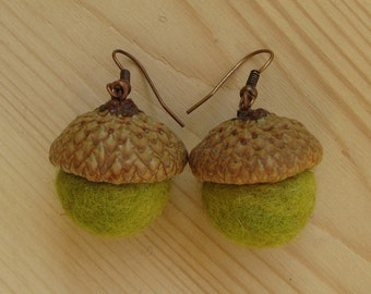 Earrings of felt acorns, natural acorn caps, 2 cm felt balls, green colors