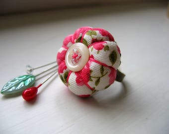 Pin Cushion / Pin Cushion Ring / Floral Pincushion / Retro Pincushion / Vintage Style Pincushion With Button Detail / Pink Red Pincushion