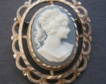 B927) A lovely vintage filigree silver tone metal blue glass cameo lady brooch