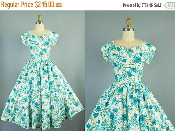 SALE 15% STOREWIDE 1950s floral cotton day dress with sweetheart neckline/ 50s shelf bust dress/ medium