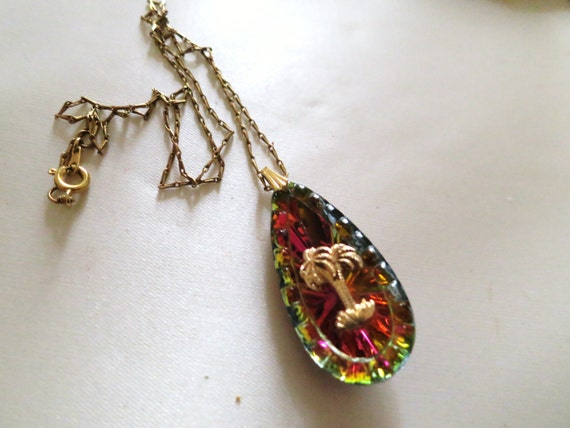 Lovely vintage goldtone necklace with  aurora borealis glass palm tree pendant
