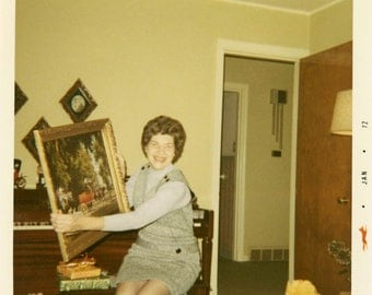 vintage photo 1972 Square Color Snapshot Photo Lady Pretends to Like Kitchy PAinting