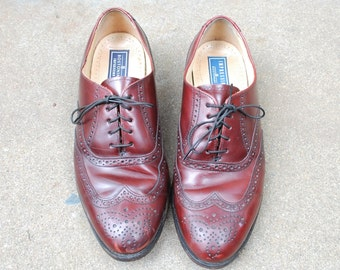 Vintage Mens 8.5d Burgundy Leather Bostonian Impression Long Wingtips Brogues Oxfords Medallion Wedding Dress Suit Shoes Preppy Hipster Mod
