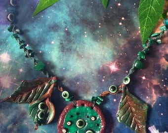 Green eye leaves and crystals necklace with hemp macrame
