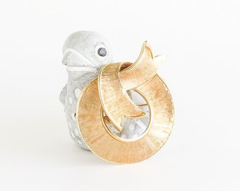 Golden Ribbon Brooch Pin