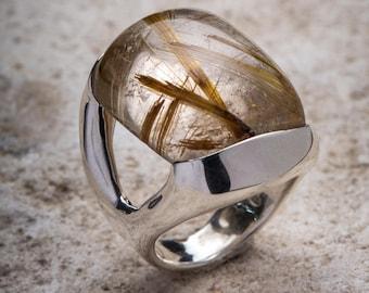 V-ring in silver with quartz gem