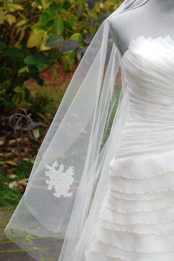 Diamond white fingertip veil with lace motifs;off-white fingertip veil with lace;fingertip wedding veil