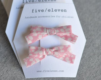 Liberty hair clips in light pink. Lovely bow barrettes made with Liberty of London fabric Glenjade. Girl hair clips. Bows.