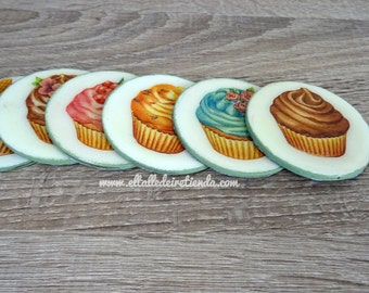 Coasters of wood with drawings of cupcakes