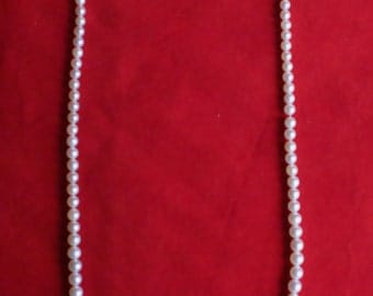 Pearl necklace with an 18k white gold lock