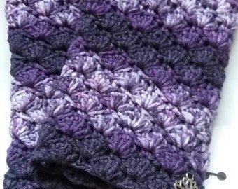 Warm crochet fingerless gloves in blooming purple.