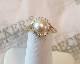 Vintage 14k yellow gold ring with a white 7mm Cultured Pearl with 18 Diamonds in a Halo .04 tw I-I1, size 6.75