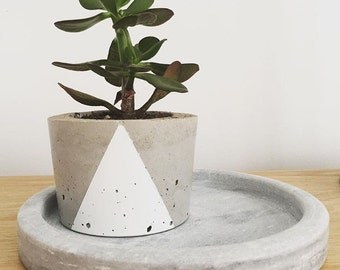 Concrete Pot - 'pyramid roundie' medium