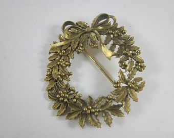 Vintage Christmas Gold Tone Wreath Brooch Pin