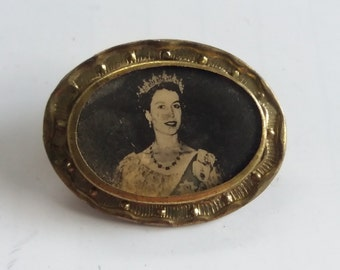 Vintage Royal Brooch 50s - Queen Elizabeth II - Royal Chic Kitsch Boho - Royal Family