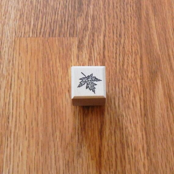 Sut C584lea Maple Leaf Small 75 Tall X 75 Wide 1