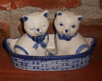 Vintage Delft Salt and Pepper Shakers - Kitties in a Basket - Handpainted - Delft Blue - Blue and White - Holland