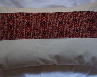Série Panjab 7: Coussin, 30x50cm (12x20), coton indien imprimé traditionnellement, couleurs rouge, bleu, noir, coton beige.