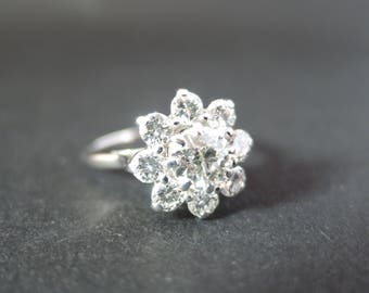 Beautiful 18ct white gold vintage ring with fabulous diamonds.