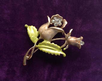 A beautiful vintage gold tone and enamel 1980s flower Brooch/Pin