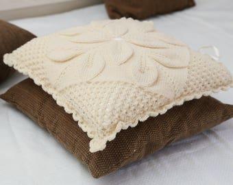 Decorative knitted pilowcase.