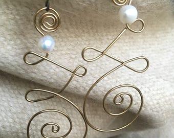 Curly pearl earrings