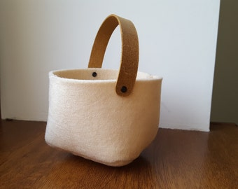 Beige felt cosmetic bag with leather handle