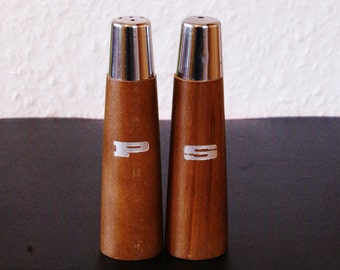 Salt and pepper shakers from the 60s 70s years. Real wood teak and metal caps.