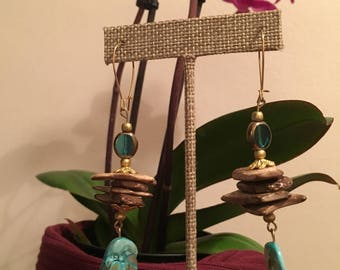 Turquoise & Wood mixed material earring.