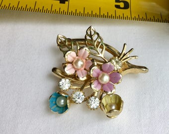 Absolutely adorable vintage floral brooch