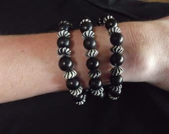 91/2 inch black and white beaded bracelet
