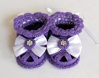 Violet lace crochet baby booties-sandals for girls.