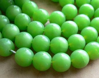 Mantis Opal Czech Glass Beads Lime Green Round Druk 8mm (30)