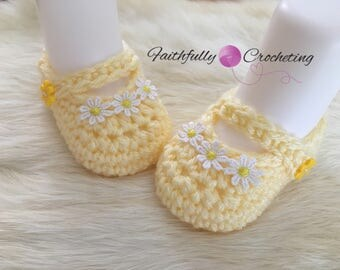 Newborn girl Mary Janes booties... pale yellow booties... daisy flowers... ready to ship