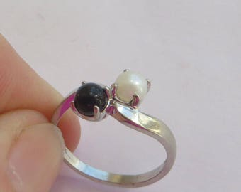 Solid 10K White Gold Vintage Claw Set White Pearl & Black Onyx Ring, size 5.25, free US first class shipping