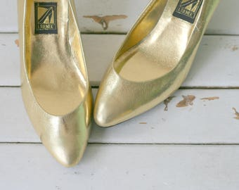 1980s GOLD GLAM Fancy Heels..size 7.5 women...cinderella. pumps. designer. retro. fancy. classic. 1980s. shimmer. fancy. golden heels.