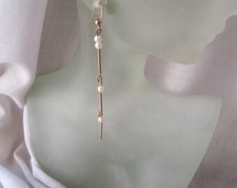 Goldplated Dangles ./. White Faux Pearls ./. Long Golden Earrings ./. White Pearls ./. Pendants d'Oreilles ./. Dainty Dangles  ./. Elegant