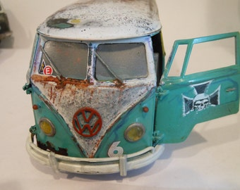 Scale Model,Green VW Bus, 1/24 scale,Classicwrecks,Rusted Junkyard,Wrecked Car