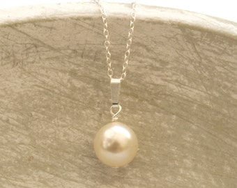 Simple round pearl necklace
