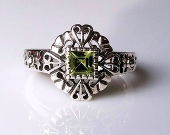 Peridot Solitaire Heart Ring Sterling Silver Filigree Size 5.75, Edwardian/Renaissance, Green