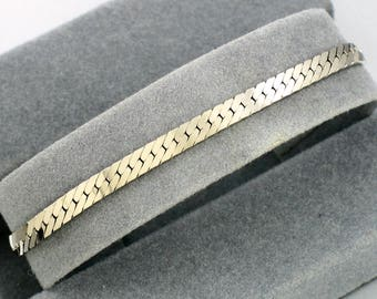 Vintage AVON 'Classic Chevron' Silvertone Bracelet (1990) w/ original box. Vintage Avon Bracelet. Vintage Bracelet. Vintage Avon Jewelry