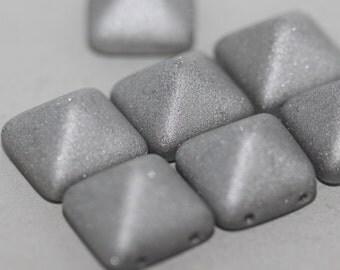 Pyramid Crystal Labrador Matted - 12x12mm: 27071