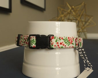 Collar white Holiday holly leaf and berries
