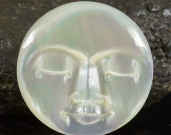 Lustrous Mother-of-Pearl SHELL FACE CAMEO-style Carving Cabochon 3.80 g