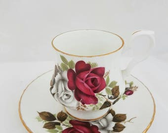 Vintage//royal windsor fine bone China england//////Missing Cup of coffee cup and saucer//Golden edge//roses//second hand dealer//antique