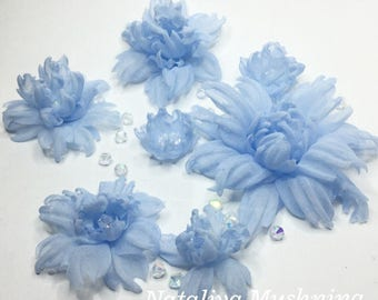 30 silk flowers from ticamo in different sizes and color.