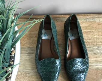 Vintage 1980s Woven Hunter Green Flats Pointed Toe // Woven Leather Flats Green // Forest Green Shoes Braided Leather Flats Size 7