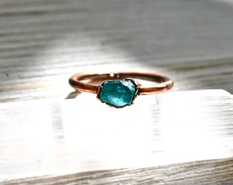 Aqua Raw Apatite Ring, Blue Apatite Copper Ring, Aqua Raw Stone Ring, Rough Apatite Copper Ring, Minimal Stacker Ring, Neon Apatite
