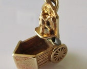 9ct Gold Lady in Beach Hut Charm Opens