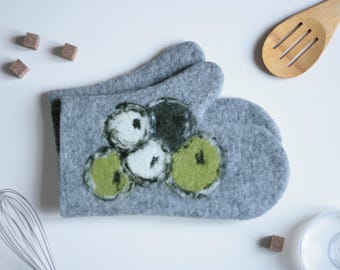 Felt Oven Mitts with Apples - Set of 2 - Kitchen Mitt - Pot Holder - Oven Mitten - Gift for Mom - Cool Chef Gift - Foodie Hostess Gift
